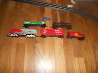lifelike HO F7 Santa Fe diesel set with caboose and 3 cars, used