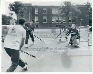 1989 Press Photo Street Hockey Game 1980s Everett Massachusetts
