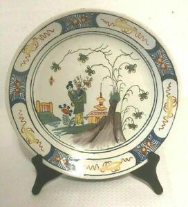 assiette en porcelaine à décor polychrome marque au dos . XVIII siècle.