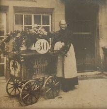 altes Foto Freiburg i.Br. Freiburger Zeitung Frau mit Zeitungswagen Jubiläum 30