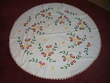 Tischdecke, rund, handbestickt und mit Häkelkante