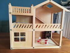 Puppenhaus mit Möbeln.