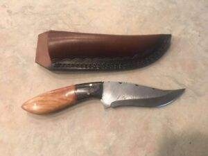 Sweet Damascus hunting knife with nicely grained wood stocks & leather sheath
