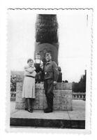 Foto, Soldat in Uniform, Abzeichen, Frau, Kind, Denkmal