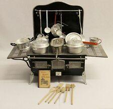 Antike Original vor 1945 gefertigte Puppenküchen & -Zubehör mit Puppenherd