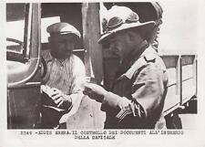 8824) WW ETIOPIA, BRIGADIERE DEI CARABINIERI CONTROLLA I DOCUMENTI DI UN CAMION.
