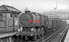 PHOTO  SR Q1 LOCO 33002 1951 AT NEW CROSS GATE RAILWAY STATION UP EMPTY STONE HO