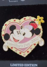 DISNEY DLR VALENTINES DAY 2002 MICKEY MINNIE MOUSE IN HEART KISSING LE 2500 PIN