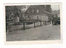 4/698 FOTO MEINERSDORF GORNSDORF HOCHWASSER  TRAKTOR HELFER WOHNHAUS ZAUN FLUT