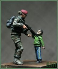 1/35 Escala Kit de modelo de resina moderna mujer soldado con niño italiano