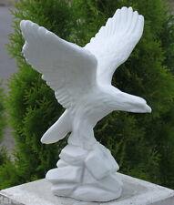 Statue Aigle, les ailes déployées en pierre reconstituée, ton pierre blanche