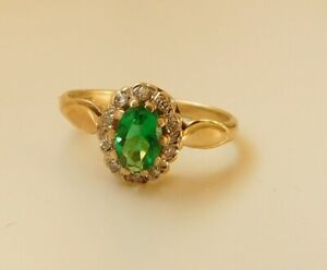 A LOVELY 9ct GOLD RING STONE SET WITH DIAMONDS AND A GREEN CHROME DIOPSIDE