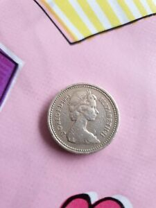 One 1983 Royal Arms £1 Coin - Upside Down Writing DECUS ET TUTAMEN