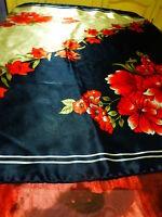 95x92cm grand foulard ,roulotté main ,soyeux ,tres bon état