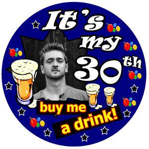 30th Cumpleaños Insignia ( Buy Me A Bebida - Grande Personalizado Insignia Fotos