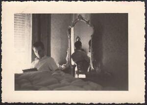 YZ2722 Uomo legge rivista in camera da letto - 1950 Fotografia artistica d'epoca