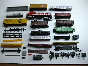 Lot of HO Train Cars for parts, none are perfect