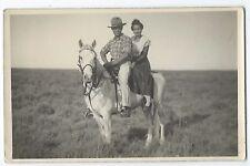 BM773 Carte Photo vintage card RPPC Animaux cheval blanc couple chapeau hat