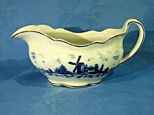 A GRAVY BOAT BY EMPIRE WARE CHINA IN THE EAST ANGLIA PATTERN. CIRCA 1932