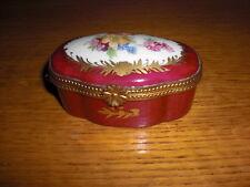 Belle boîte à pilules en porcelaine de Paris.  Très bon état.à voir et à saisir
