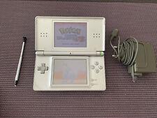 Nintendo DS Lite Argenté avec Chargeur + Jeu Pokémon Version Blanche 2