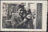 YZ3167 Militare con bimba in braccio - 1940 Fotografia d'epoca - Vintage photo