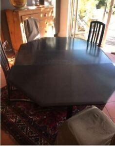 Table bois gris fonce et 6 chaises bon etat