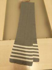 Echarpe en tricot gris avec lignes blanches aux extrémités 124cm