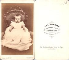CDV Allgeyer, Carlsruhe, bébé en pose dans un fauteuil, circa 1865 Vintage CDV a