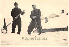 Deutscher Panzerfahrer beim Schnee schippen Orig. Foto 2. WK
