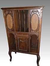 Meuble à musique en bois sculpté et canné. Portes et tiroir
