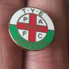 Plymouth Argyle Tye la jeunesse élément sous 5's hooligan ferme Enamel Pin Badge