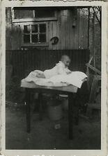 PHOTO ANCIENNE - VINTAGE SNAPSHOT - ENFANT BÉBÉ JARDIN TABLE DRÔLE -CHILD GARDEN
