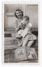 PHOTO Petit déjeuner Bol Enfant Album à colorier Mère 1942 Repas Escalier Matin