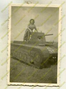 Foto, Blitzmädel, Gertraut Bretschneider Panzerattrappe Zgierz, 1944, (G)