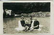 CARTE PHOTO Scène de genre une famille pose en tenue de plage circa 1900