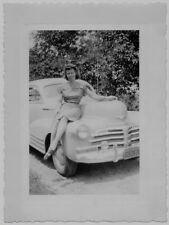 OLD PHOTO WOMAN WEARING DRESS SITTING ON CAR 1940S