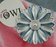 MAGNETIC DAISY FLOWER BROOCH White Blue FLORAL BROOCHES GIFTS - NO PINS REQUIRED