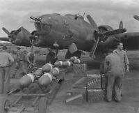 WW2 WWII Photo World War Two B-17 Bomb Loading USAAF Flying Fortress / 5346