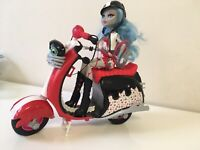 Monster High Ghoulia Yelps & Scooter  Exclusive Doll w/ Pet Hoots Playset