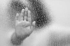 Incorniciato stampa-Creepy bambino mano sulla coperta pioggia finestra (immagine arte gotica)