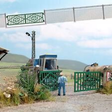 Busch H0 (1019): LPG Fence with Concrete Posts and Gate