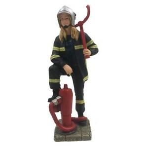 Feuerwehr Frau steht am Hydranten