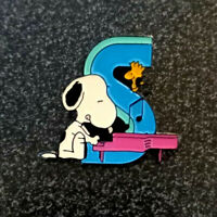 """$ 1.99 postage SNOOPY Peanuts Alphabet pin badge letter /""""V/"""" from the 1990s"""