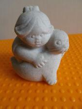 Marbell by Stone Art Belgium Mädchen mit Seehund H 7 cm 200 g Skulptur Sandstein