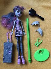 Monster high Puppe Rochelle Goyle Scaris mit Ständer