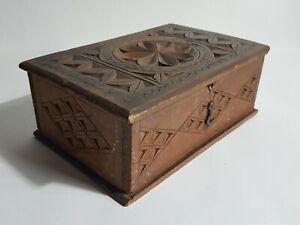Boite ancienne art populaire en bois sculpté Savoie ou centre France