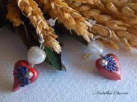 Orecchini pendenti con perle bianche e cuori marroni fatti a mano in fimo