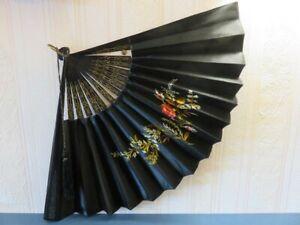 415 - Eventail tissu noir - Décor floral brodés - Ossature en bois laqué