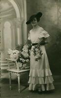 Carte Photo ancienne mariage sablaise posant en studio photographe Beduneau